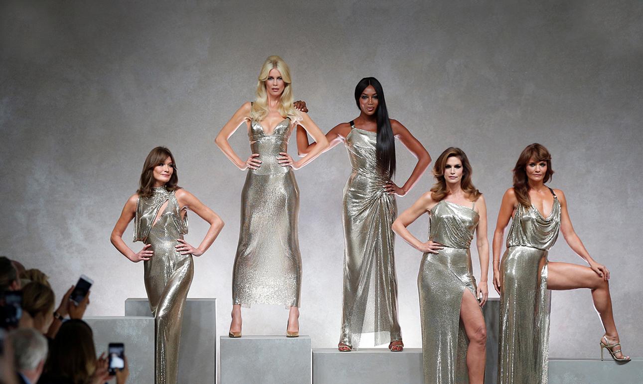 Τα εμβληματικά μοντέλα Κάρλα Μπρούνι, Κλόντια Σίφερ, Ναόμι Κάμπελ, Σίντι Κρόφορντ και Ελενα Κρίστενσεν -αναβιώνοντας στιγμές της δεκαετίας του '90- αποτίουν φόρο τιμής στον Τζάνι Βερσάτσε, στην Εβδομάδα Μόδας του Μιλάνου τον περασμένο Σεπτέμβριο