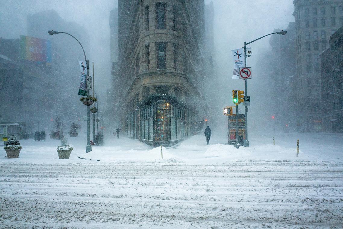 Δεύτερη θέση, κατηγορία «17 και άνω». Μία φωτογραφία που θυμίζει ιμπρεσιονιστικό πίνακα. Το εμβληματικό κτίριο Flatiron της Νέας Υόρκης, μέσα στην χιονοθύελλα που έπληξε την αμερικανική μητρόπολη τον περασμένο χειμώνα