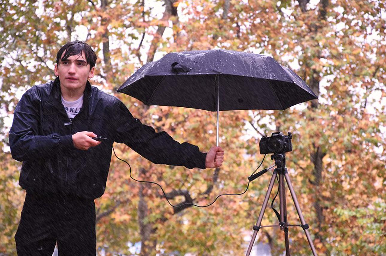 «Τα προβλήματα του φωτογράφου», βραβείο «Νέου Φωτογράφου Καιρού της Χρονιάς». Βρέχει καταρρακτωδώς, ωστόσο ένας φωτογράφος επιμένει για την τέλεια λήψη, χρησιμοποιώντας τη μοναδική ομπρέλα που έχει για να καλύψει την κάμερα του