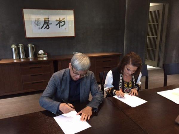 Η Πρόεδρος του Πολιτιστικού Ιδρύματος Ομίλου Πειραιώς Σοφία Στάικου και ο Διευθυντής του Εθνικού Μουσείου Μετάξης της Κίνας, Feng Zhao, κατά την υπογραφή του Συμφώνου Συνεργασίας