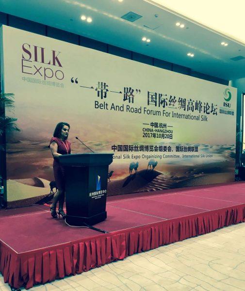 Η Πρόεδρος του Πολιτιστικού Ιδρύματος Ομίλου Πειραιώς, Σοφία Στάικου, κατά την ομιλία της στο φόρουμ «Belt and Road for International Silk»