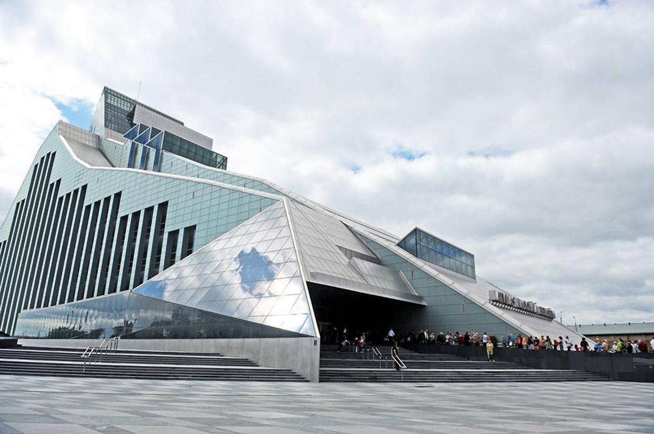 Εθνική Βιβλιοθήκη της Λετονίας (Latvijas Nacionālā bibliotēka), Ρίγα, Λετονία. Η Εθνική Βιβλιοθήκη της Λετονίας αντικατοπτρίζει τα σκαμπανεβάσματα αυτού του κράτους της Βαλτικής. Ιδρύθηκε το 1919, ένα χρόνο μετά την ανεξαρτησία της Λετονίας, αλλά έχασε το εθνικό της καθεστώς το 1940, όταν η Λετονία απορροφήθηκε από την ΕΣΣΔ. Το 1990, ανέκτησε την ανεξαρτησία της και άρχισαν οι εργασίες για τη νέα βιβλιοθήκη που ολοκληρώθηκε το 2014, όταν η Ρίγα έγινε Πολιτιστική Πρωτεύουσα της Ευρώπης