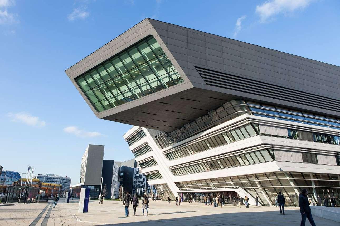 Βιβλιοθήκη του Οικονομικού Πανεπιστημίου της Βιέννης (Universitätsbibliothek der Wirtschaftsuniversitäts Wien), Αυστρία. Όταν η 65χρονη Ζάχα Χαντίντ πέθανε πέρσι, ο κόσμος έχασε μια από τους πιο προκλητικούς αρχιτέκτονες την «βασίλισσα της καμπύλης», όπως την αποκαλούσε ο Guardian. Aυτή η φουτουριστική βιβλιοθήκη, στην καρδιά της νέας οικονομικής πανεπιστημιούπολης της Βιέννης, συνοψίζει το εντυπωσιακό στυλ της, που συνδυάζει δυτικές και ανατολικές επιρροές από τα γεωμετρικά κτίρια του Λούντβιχ Μις φαν ντερ Ρόε μέχρι τους κινούμενους αμμόλοφους της ερήμου