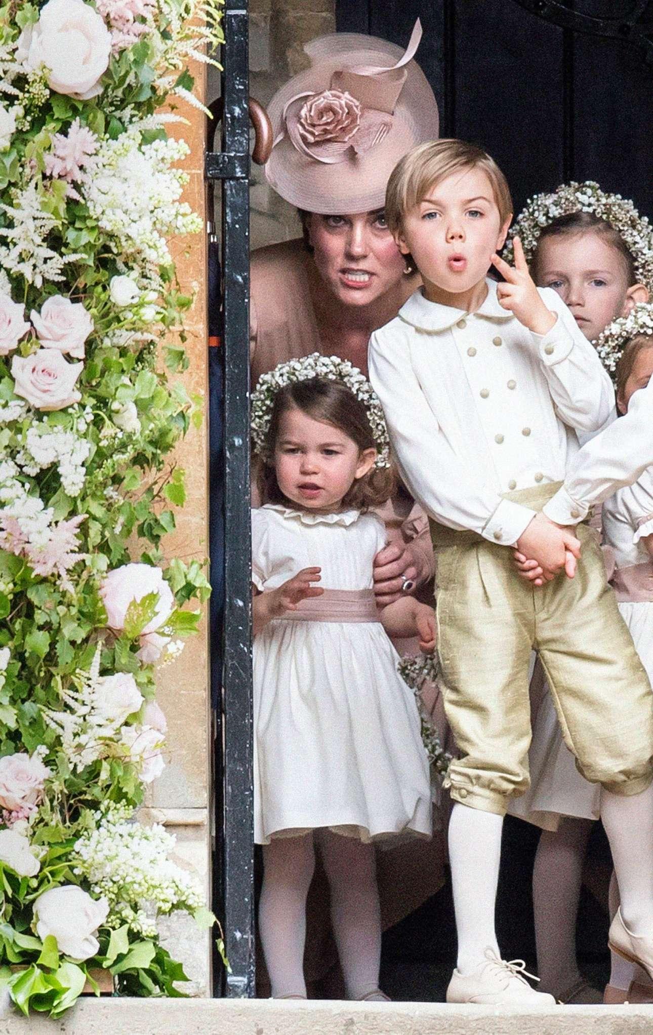Αναρχία στο Ηνωμένο Βασιλείο... Η Δούκισσα του Κέιμπριτζ προσπαθεί να μαζέψει την κόρη της και τα υπόλοιπα άτακτα παρανυμφάκια, στον γάμο της αδελφής της Πίπα