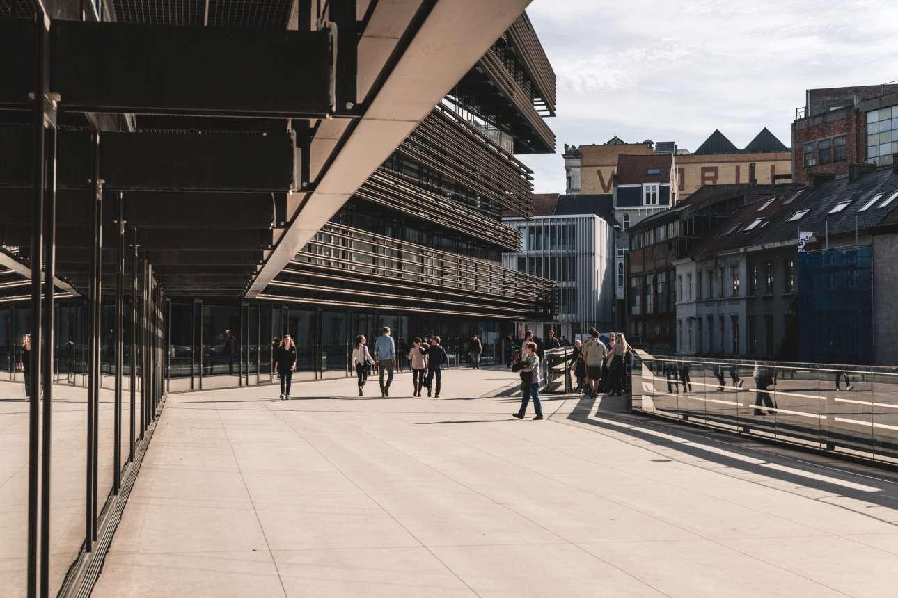 Ντε Κρόοκ (De Krook), Γάνδη, Βέλγιο. Μεσαιωνική μητρόπολη με πολλούς φοιτητές, η Γάνδη είναι εξίσου όμορφη με τη Μπριζ. Σε αντίθεση με τα αρχαία μνημεία της (το ιστορικό της κέντρο έχει αποκατασταθεί πρόσφατα) το De Krook, είναι μια εντυπωσιακή μεταλλική δομή, σε μια παραμελημένη γωνιά της προκυμαίας, που προβάλλεται ως ένα «ανοικτό σπίτι για τη γνώση και την καινοτομία»