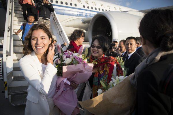 """(Ξένη Δημοσίευση) Η σύντροφος του πρωθυπουργού Αλέξη Τσίπρα, Μπέττυ Μπαζιάνα είναι η πρώτη επιβάτης που αποβιβάζεται από το πρώτο Airbus της αεροπορικής εταιρίας Air China που προσγειώθηκε μετά από απευθείας πτήση από το Πεκίνο στο διεθνές αεροδρόμιο """"Ελευθέριος Βενιζέλος"""" της Αθήνας, Σάββατο 30 Σεπτεμβρίου 2017. ΑΠΕ-ΜΠΕ/ΓΡΑΦΕΙΟ ΤΥΠΟΥ ΠΡΩΘΥΠΟΥΡΓΟΥ/Andrea Bonetti"""