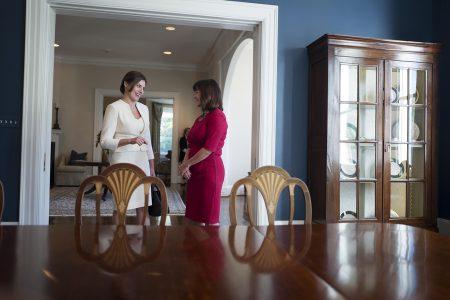 (Ξένη Δημοσίευση) Η σύζυγος του Αμερικανού αντιπροέδρου Κάρεν Πενς (Δ) υποδέχεται την Μπέττυ Μπαζιάνα (Α) σύντροφο του πρωθυπουργού Αλέξη Τσίπρα,  στο Λευκό Οίκο στην Ουάσιγκτον, Τρίτη 17 Οκτωβρίου 2017. ΑΠΕ-ΜΠΕ/ΓΡΑΦΕΙΟ ΤΥΠΟΥ ΠΡΩΘΥΠΟΥΡΓΟΥ/Andrea Bonetti