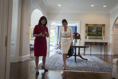 (Ξένη Δημοσίευση) Η σύζυγος του Αμερικανού αντιπροέδρου Κάρεν Πενς (Α) υποδέχεται την Μπέττυ Μπαζιάνα (Δ) σύντροφο του πρωθυπουργού Αλέξη Τσίπρα,  στο Λευκό Οίκο στην Ουάσιγκτον, Τρίτη 17 Οκτωβρίου 2017. ΑΠΕ-ΜΠΕ/ΓΡΑΦΕΙΟ ΤΥΠΟΥ ΠΡΩΘΥΠΟΥΡΓΟΥ/Andrea Bonetti
