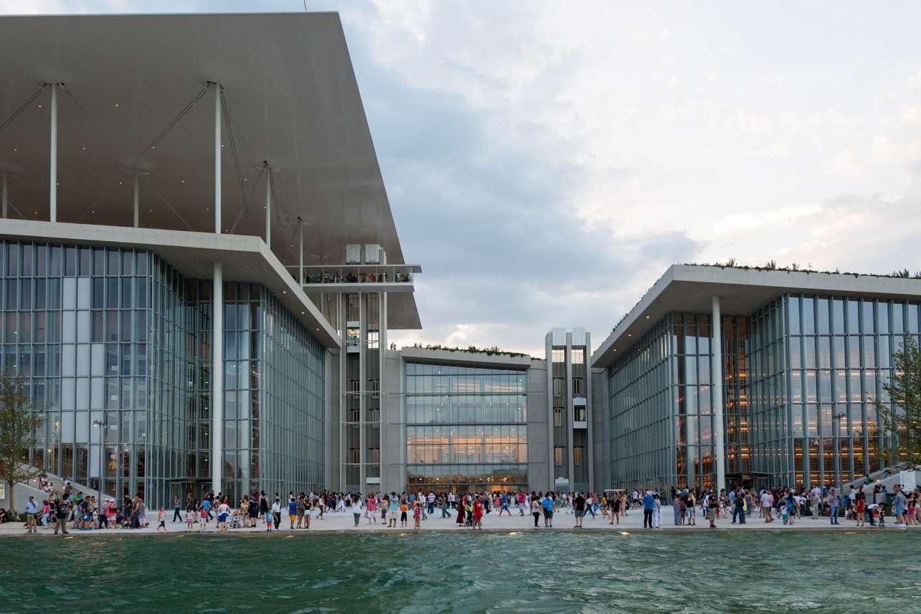 Φυσικά η βιβλιοθήκη στο Κέντρο Πολιτισμού Ιδρυμα Σταύρος Νιάρχος. Ετοιμη σε λίγο καιρό να γίνει η κιβωτός της γνώσης και του (ελληνικού) πολιτισμού