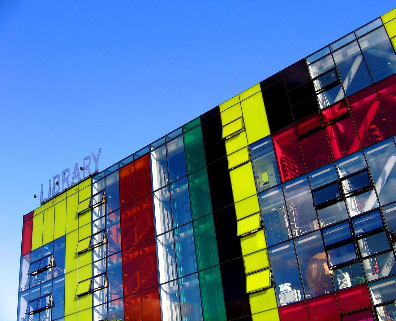 Βιβλιοθήκη Πέκαμ (Peckham Library), Λονδίνο, Ηνωμένο Bασίλειο. Άνοιξε το 2000 και από εδώ ξεκίνησε η αναβίωση των βιβλιοθηκών στη Βρετανία. Σε μια υποβαθμισμένη γειτονιά της πόλης, με όλα τα συνηθισμένα κοινωνικά προβλήματα, μια νέα βιβλιοθήκη δεν θα μπορούσε να αποτελεί κορυφαία προτεραιότητα. Το εντυπωσιακό κτίριο, όμως, ξανάβαλε το Πέκαμ στο χάρτη. Μέσα σε ένα χρόνο είχε 500.000 επισκέπτες και επίσης κέρδισε το Αρχιτεκτονικό Βραβείο Stirling.