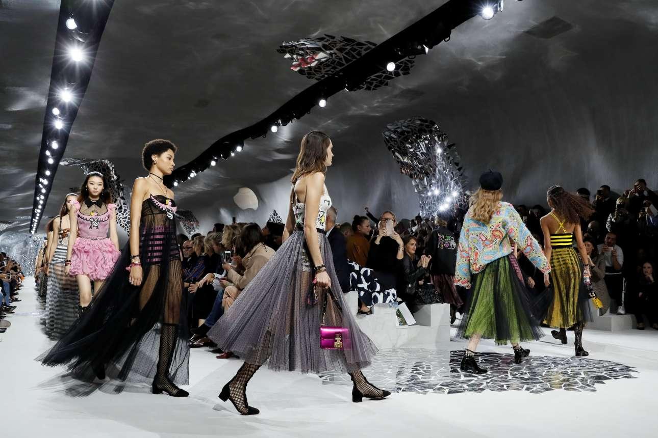 Η κλασική αισθητική του οίκου Dior περνάει σε μία άλλη εποχή που φαίνεται  να αρέσει πολύ 3795d915372