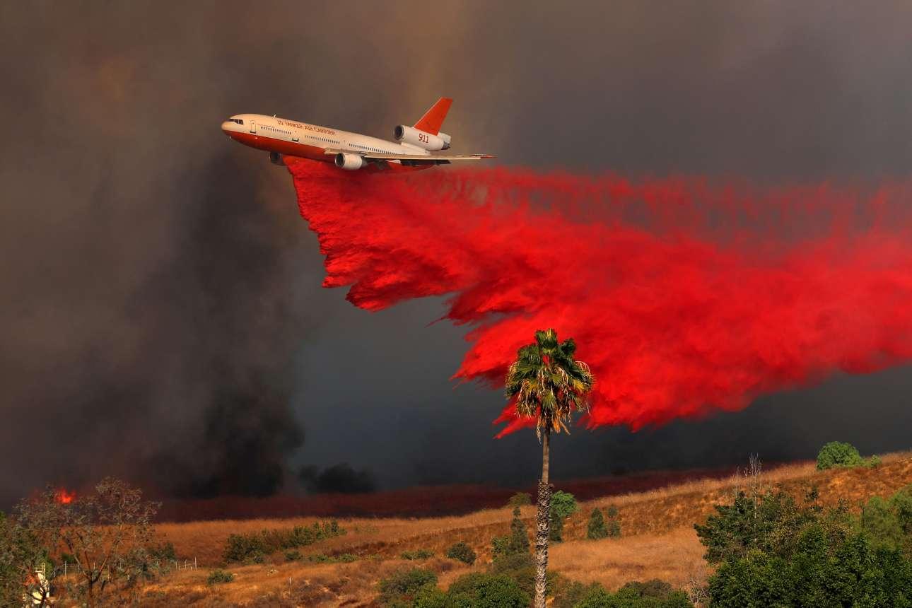 Εντυπωσιακό πλάνο από προσπάθεια κατάσβεσης της πυρκαγιάς στην κομητεία Οραντζ