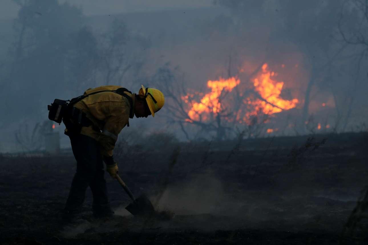 Πυροσβέστης δίνει μάχη με τις φλόγες στην κομητεία Οραντζ