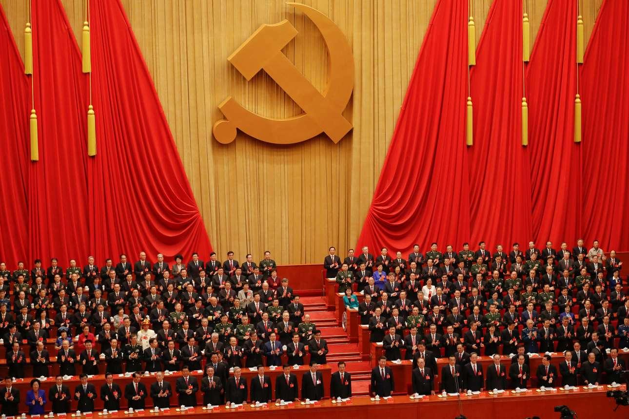 Ορθιοι οι σύνεδροι περιμένουν τον πρόεδρο Σι Τζινπίνγκ (πρώτη σειρά στο κέντρο) όπου μίλησε τρεις ώρες και 20 λεπτά κάτω από το σφυροδρέπανο