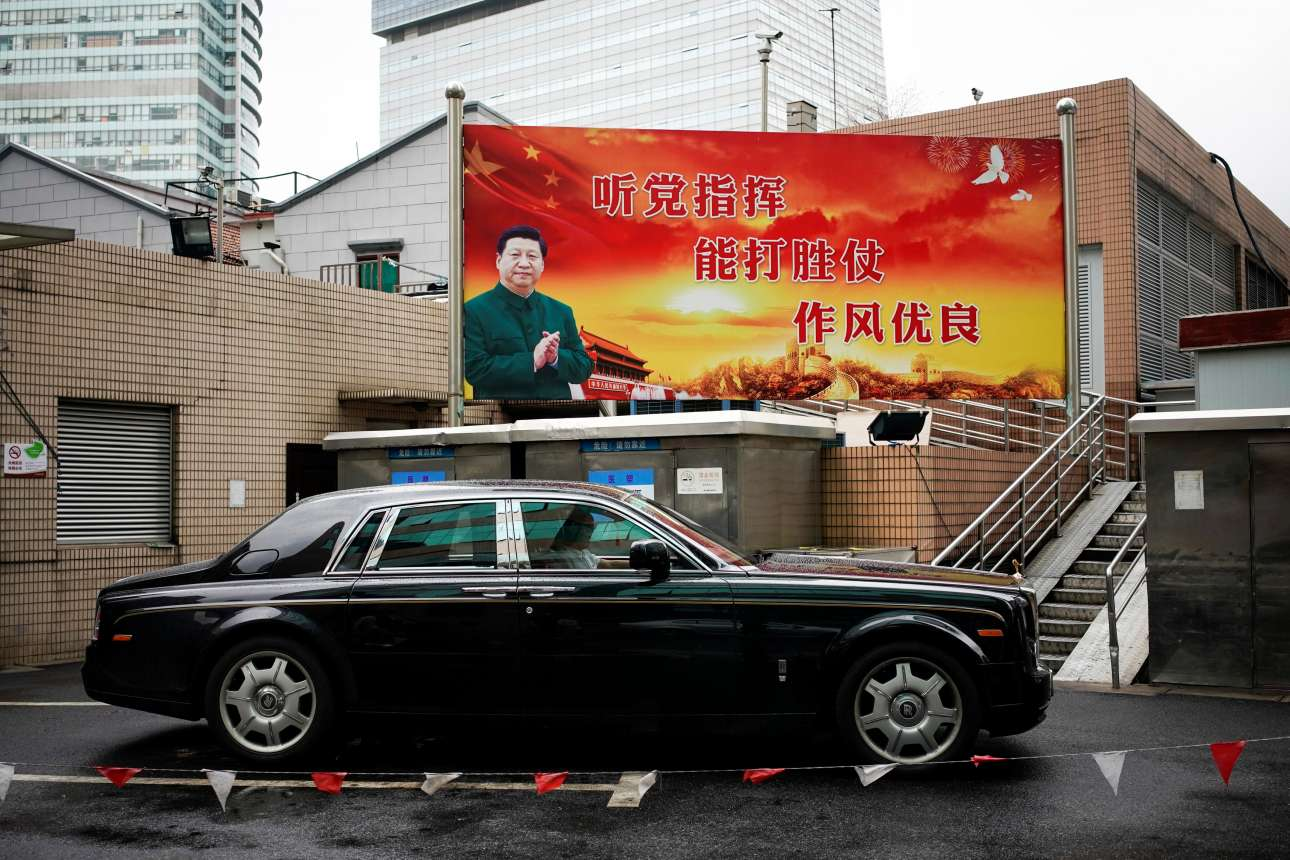 Ο Σι Τζινπινγκ με κλασική «μαοϊκού» τύπου περιβολή στην αφίσα και μια λιμουζίνα: κάποια από τα πολλά πρόσωπα της Κίνας