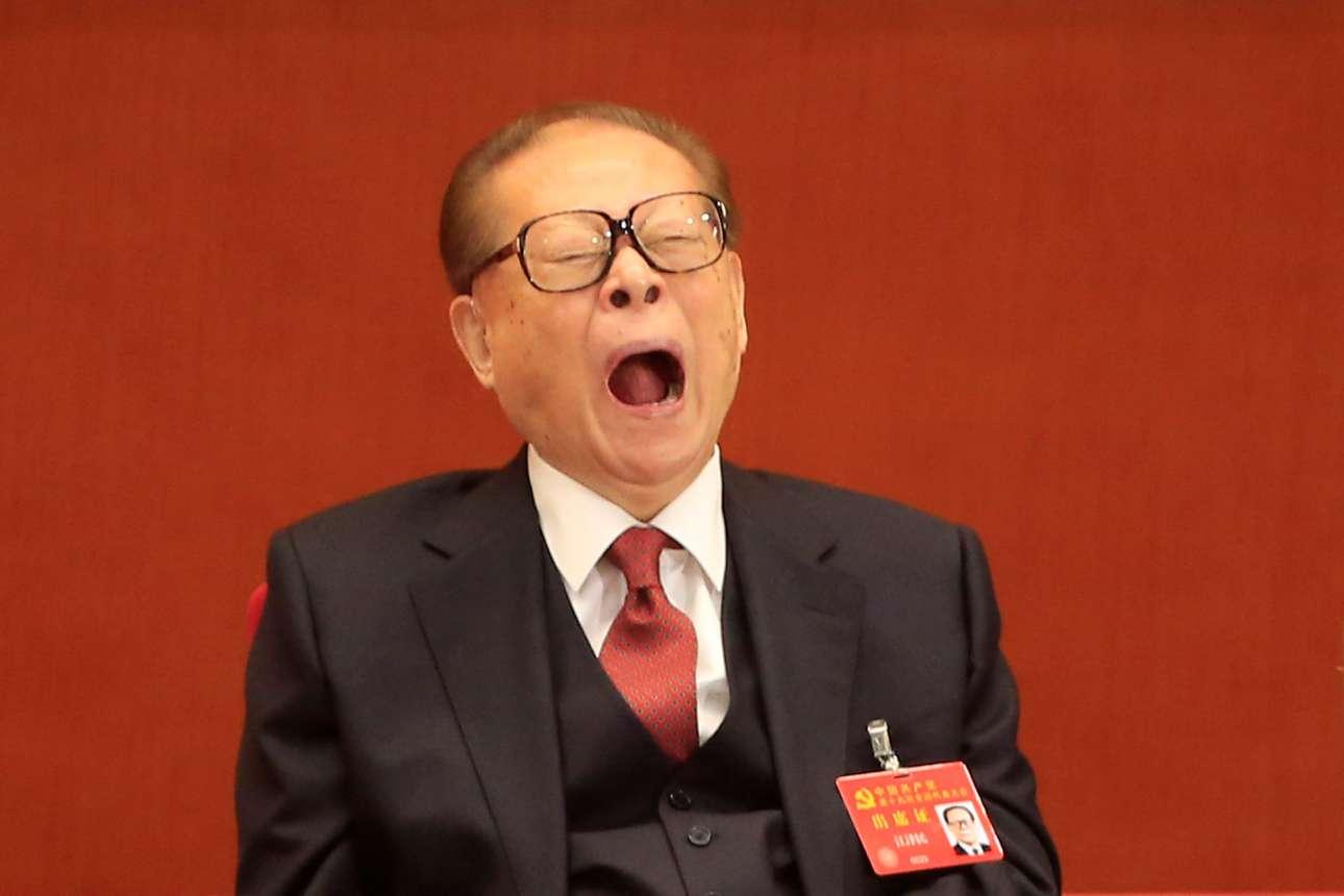 Ενας από την (πολύ) παλιά φρουρά του ΚΚΚ, ο πρώην πρόεδρος Τζιανγκ Ζεμίν, σήμερα πλέον στα 91 του ίσως δεν έχει την υπομονή για όλες τις ομιλίες