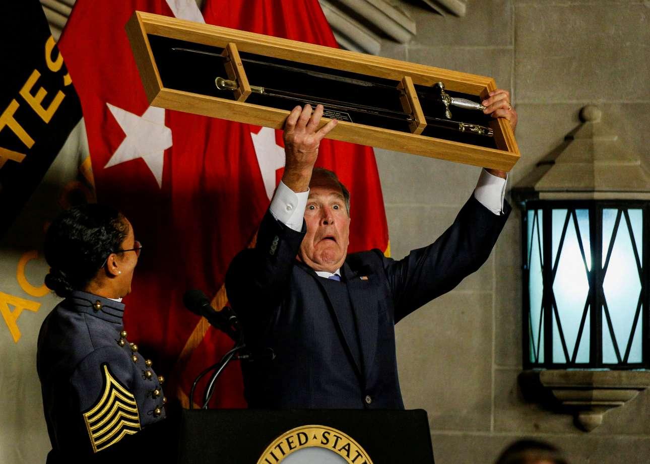 Πέμπτη, 19 Οκτωβρίου, Νέα Υόρκη. Ο πρώην πρόεδρος των ΗΠΑ Τζορτζ Μπους ο νεότερος, παραλαμβάνει το τιμητικό βραβείο «Σιλβάνους Θάιερ» στην Στρατιωτική Ακαδημία των ΗΠΑ, στην Νέα Υόρκη