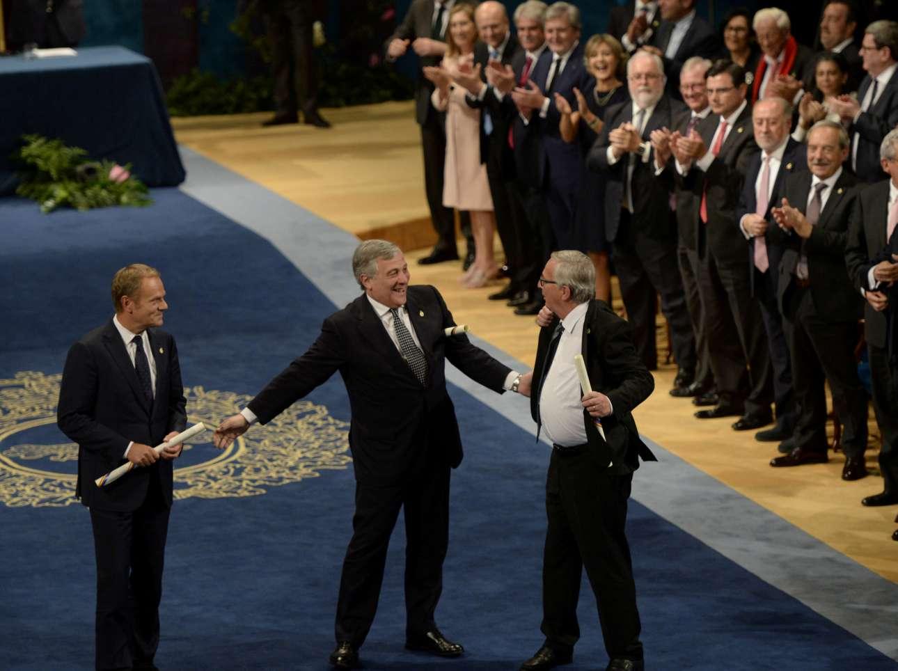 Παρασκευή, 20 Οκτωβρίου, Οβιέδο. Ο Ζαν-Κλοντ Γιούνκερ με τη χαρακτηριστική του άνεση, ο Αντόνιο Ταγιάνι, πρόεδρος της Ευρωβουλής και ο Ντόναντ Τουσκ, πρόεδρος του Συμβουλίου της Ευρώπης πιο συγκρατημένοι. Και οι τρεις τους έλαβαν εκ μέρους της ΕΕ το βραβείο «Πριγκιπάτο των Αστουριών» από τον βασιλιά της Ισπανίας Φελίπε