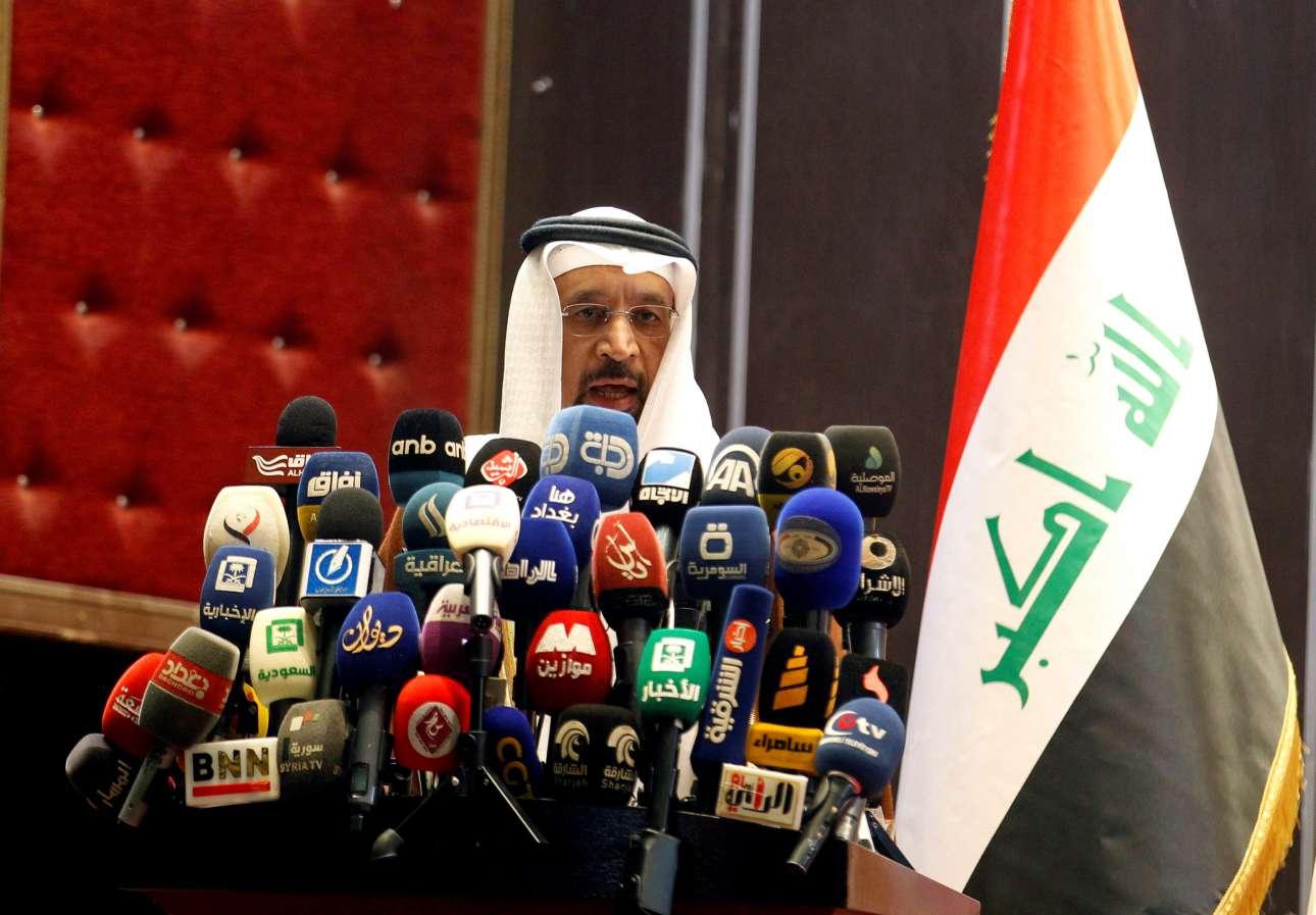 Σάββατο, 21 Οκτωβρίου, Βαγδάτη. Αντιμέτωπος με αμέτρητα μικρόφωνα, ο υπουργός Πετρελαίου της Σαουδικής Αραβίας, Χαλίντ αλ Φαλίχ, κάνει δηλώσει σχετικά με την ενέργεια στα εγκαίνια της Διεθνούς Εκθεσης της Βαγδάτης