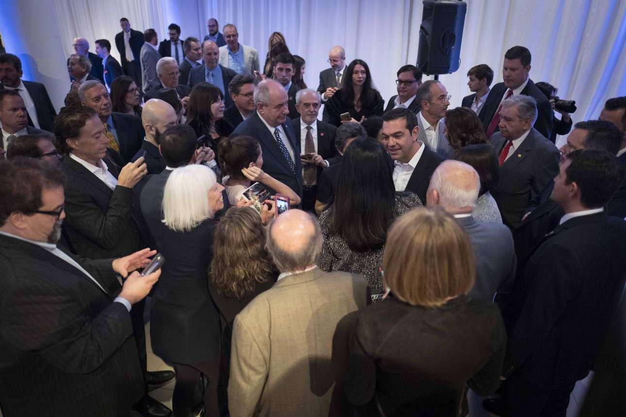 Ο Αλέξης Τσίπρας συνομιλεί με ομογενείς στο περιθώριο της δεξίωσης που δόθηκε προς τιμήν του