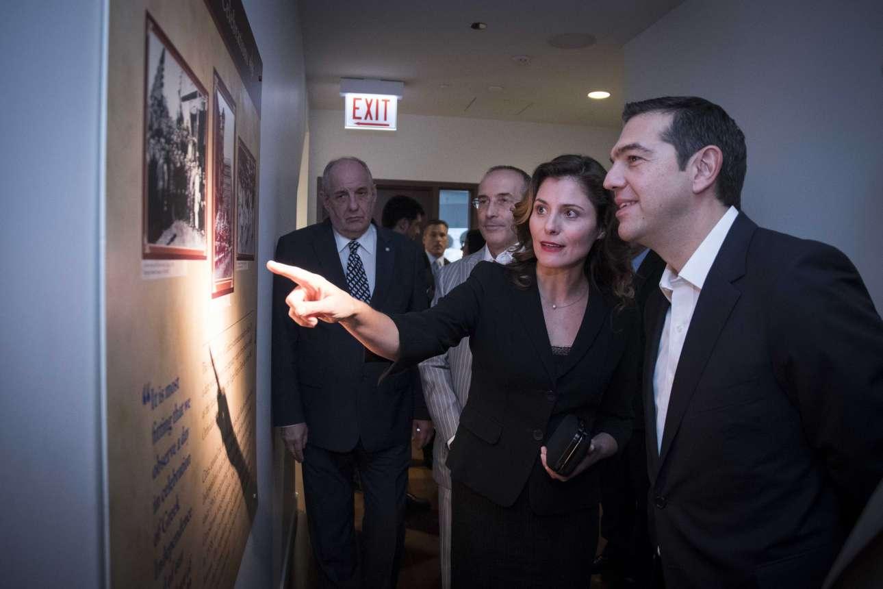 Η Περιστέρα (Μπέτυ) Μπαζιάνα δείχνει κάτι στον σύντροφό της κατά την επίσκεψή τους στο Μουσείο του Ελληνισμού στο Σικάγο. Ο Τέρενς Κουίκ παρακολουθεί