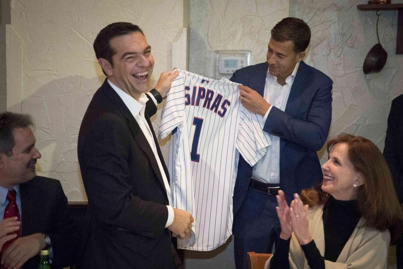 O Αλέξης Τσίπρας παίρνει από τον Ελληνοαμερικανό Αλέξη Γιαννούλια, πολιτικό του Ιλινόι, παλαιό σύμβουλο του Ομπάμα και παίκτη του Πανιωνίου στο μπάσκετ κάποτε, μια φανέλα των Σικάγο Καμπς (του μπέιζμπολ) με το όνομά του