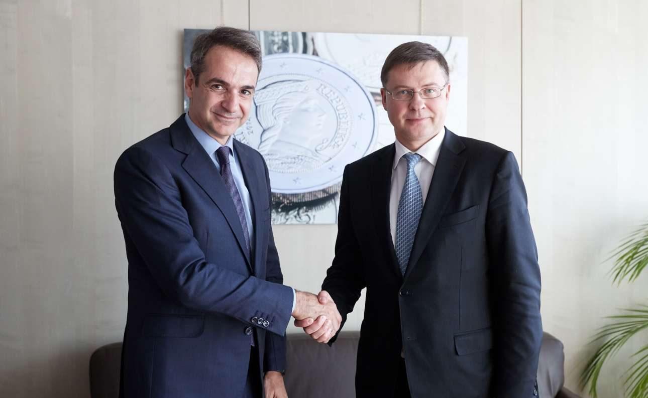 Ο πρόεδρος της ΝΔ Κυριάκος Μητσοτάκης με τον αντιπρόεδρο της Κομισιόν Βάλντις Ντομπρόφσκις (INTIMENΕWS/Δελτίο Τύπου/Παπαμήτσος Δημήτρης)