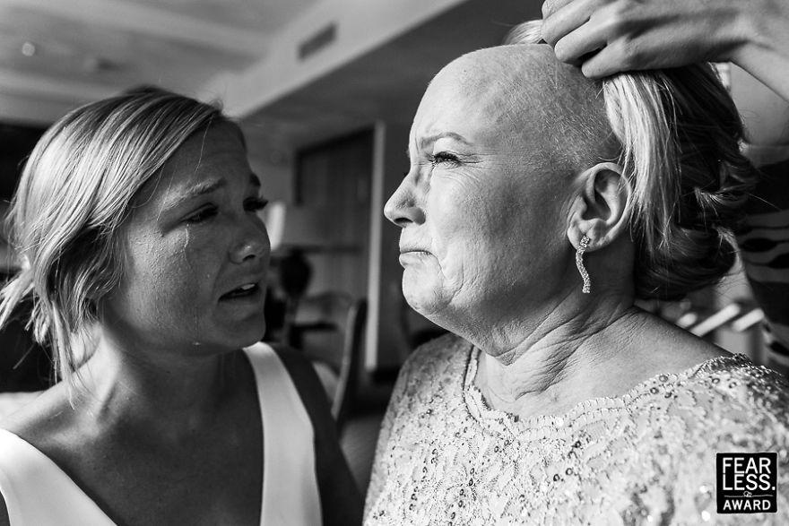 Ενα συγκινητικό στιγμιότυπο μεταξύ της μέλλουσας νύφης και της καρκινοπαθούς μητέρας της