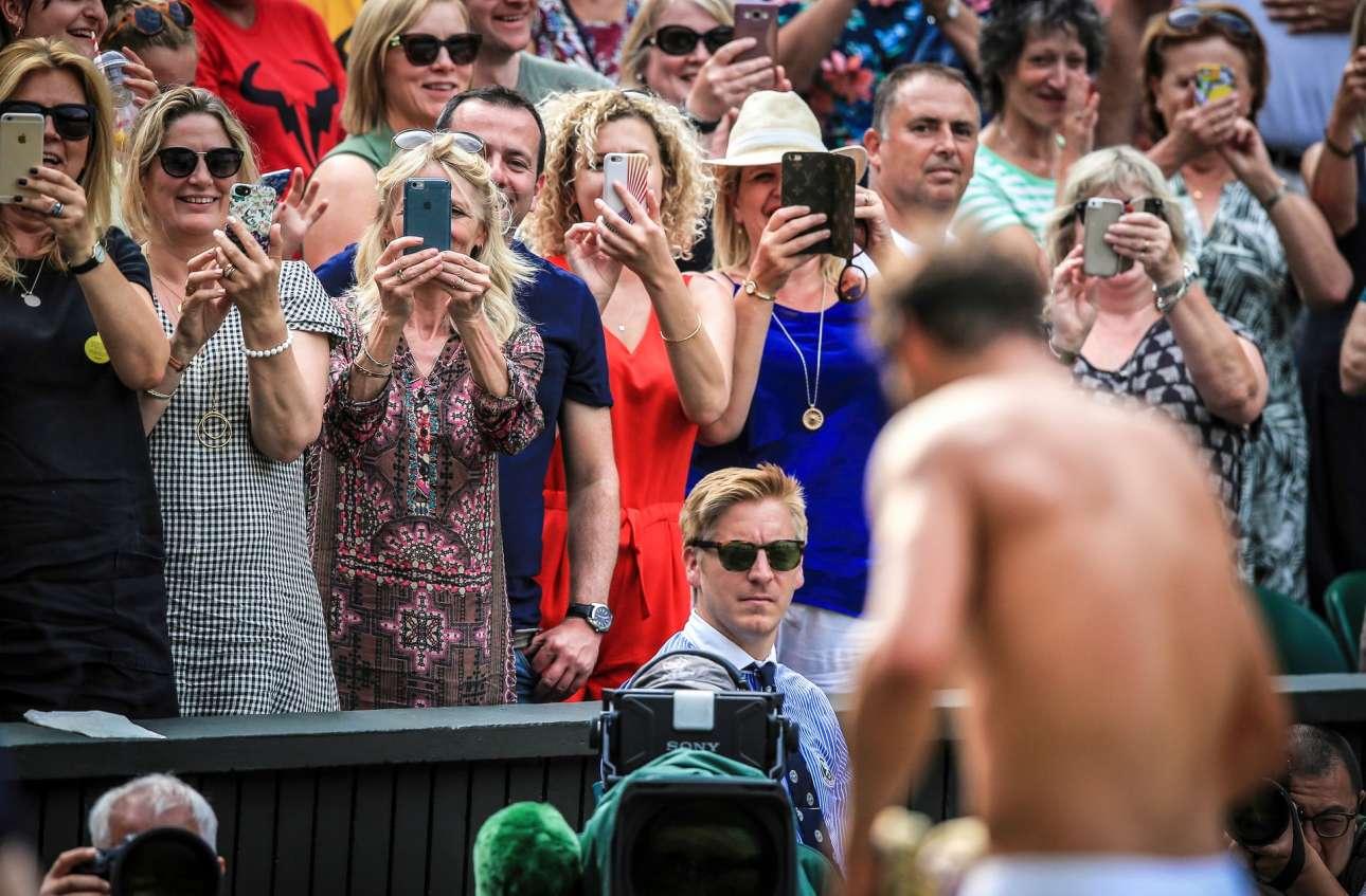 Ο διάσημος τενίστας Ραφαέλ Ναδάλ αλλάζει μπλούζα στο τουρνουά του Γουίμπλεντον και τα κινητά του γυναικείου κοινού παίρνουν φωτιά...