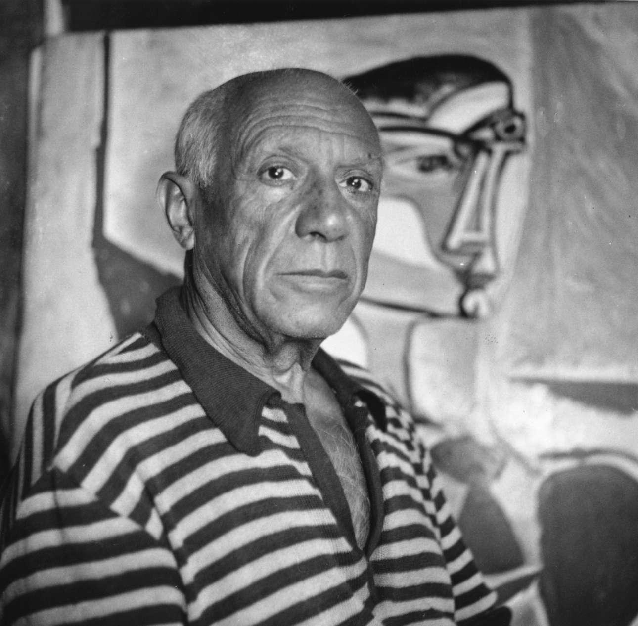 Ποζάροντας μπροστά σε έναν πίνακά του στο σπίτι του στις Κάννες