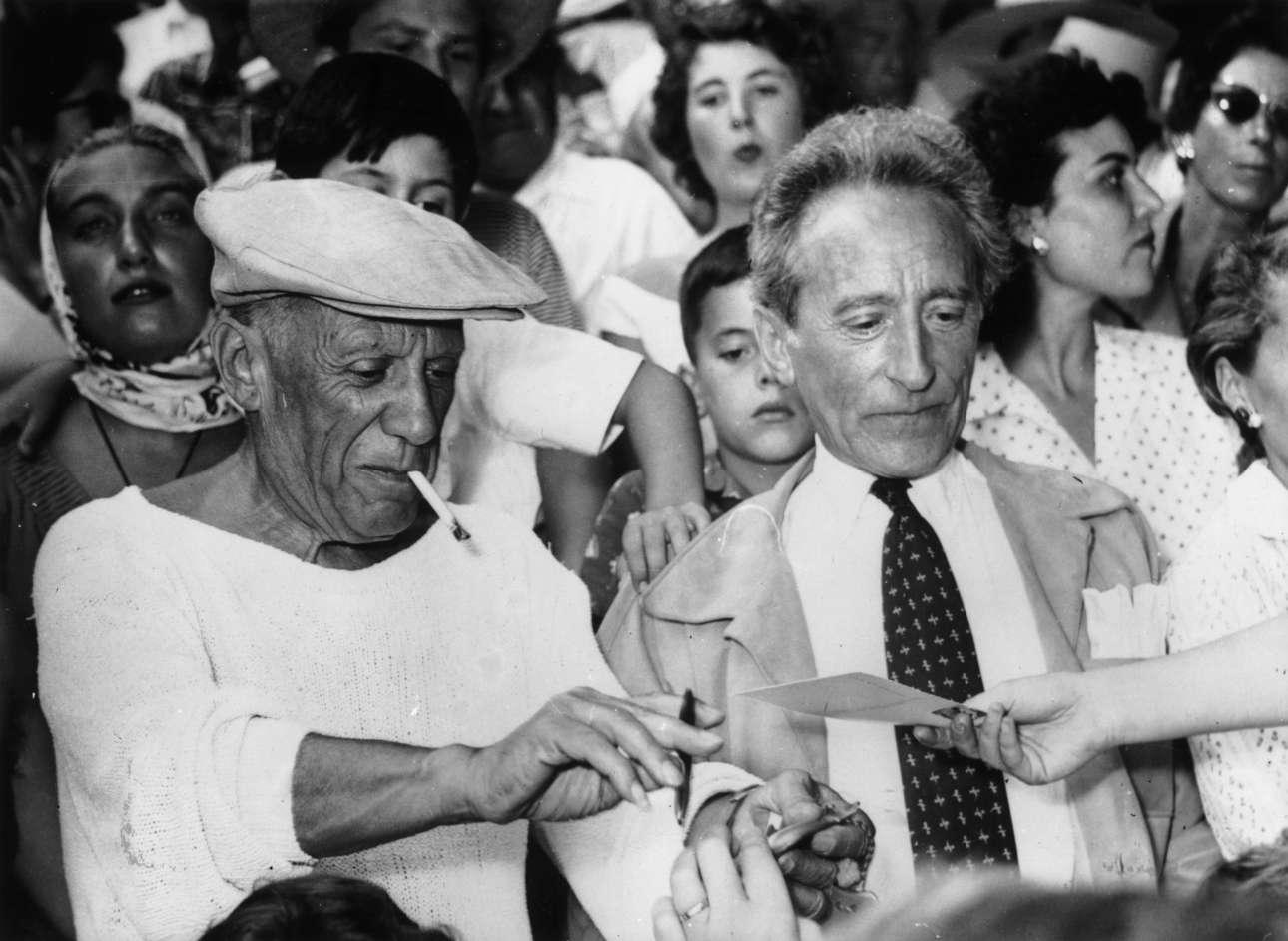 Νοέμβριος 1958. Με τον θρυλικό συγγραφέα, εικαστικό και κινηματογραφιστή Ζαν Κοκτό, δίνει αυτόγραφο σε θαυμαστές του κατά τη διάρκεια μιας ταυρομαχίας