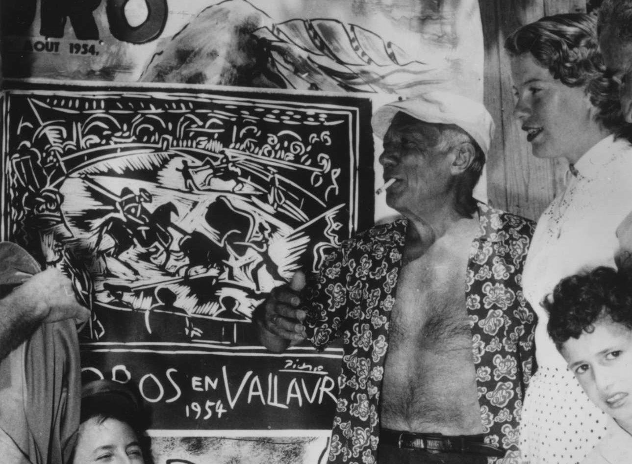 Καλοκαίρι του 1954, ο Πάμπλο Πικάσο σε ρόλο ιμπρεσάριου, διαφημίζει μια ταυρομαχία στη γαλλική Ριβιέρα.