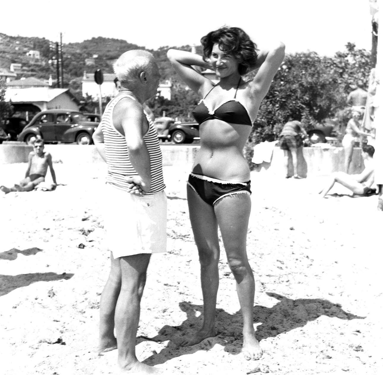 Αθεράπευτος γυναικάς, ο Πικάσο κάνει να γελάει μια νεαρή γυναίκα που φοράει από τα πρώτα μπικίνι της εποχής. Είμαστε αρχές της δεκαετίας του 1960 στο Βαλορί στη γαλλική Ριβιέρα