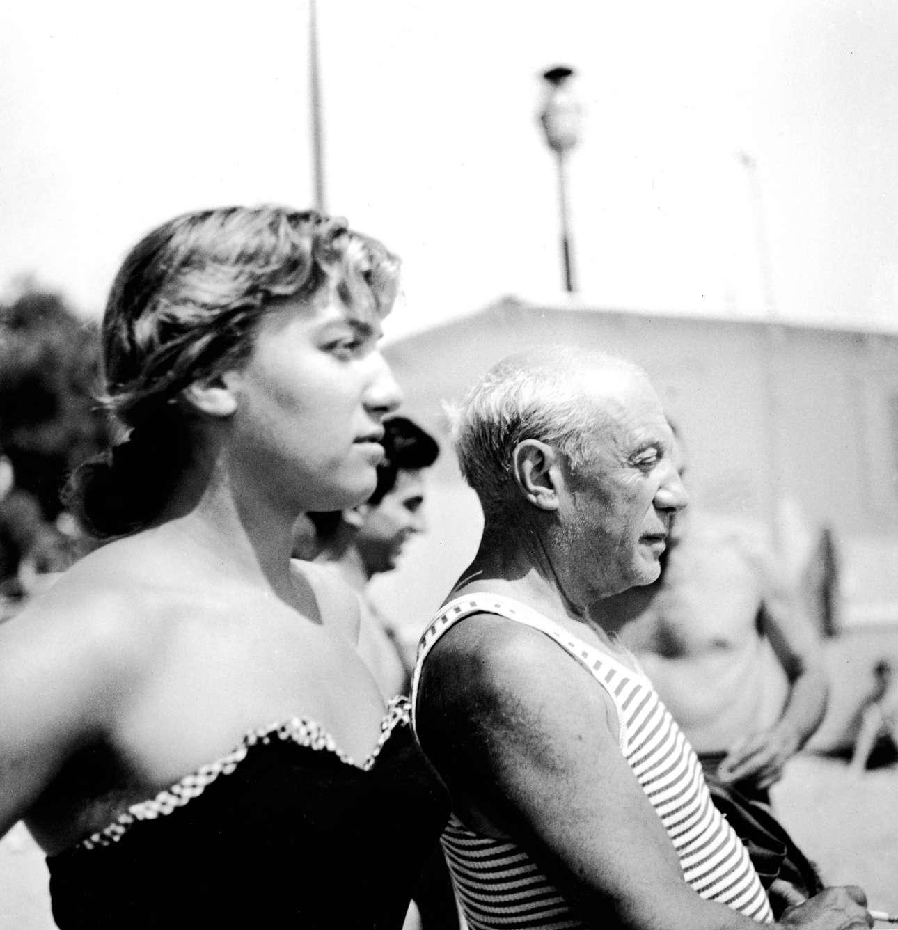 Δεκαετία του 1960, λάτρης των ταυρομαχιών και των γυναικών παρά το προχωρημένο της ηλικίας του. Εδώ με μια γυναικεία συντροφιά παρακολουθεί ταυρομαχία στην Ισπανία