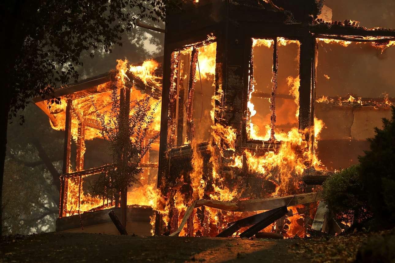 Ενα σπίτι στο έλεος της φωτιάς στην περιοχή Γκλεν Ελεν