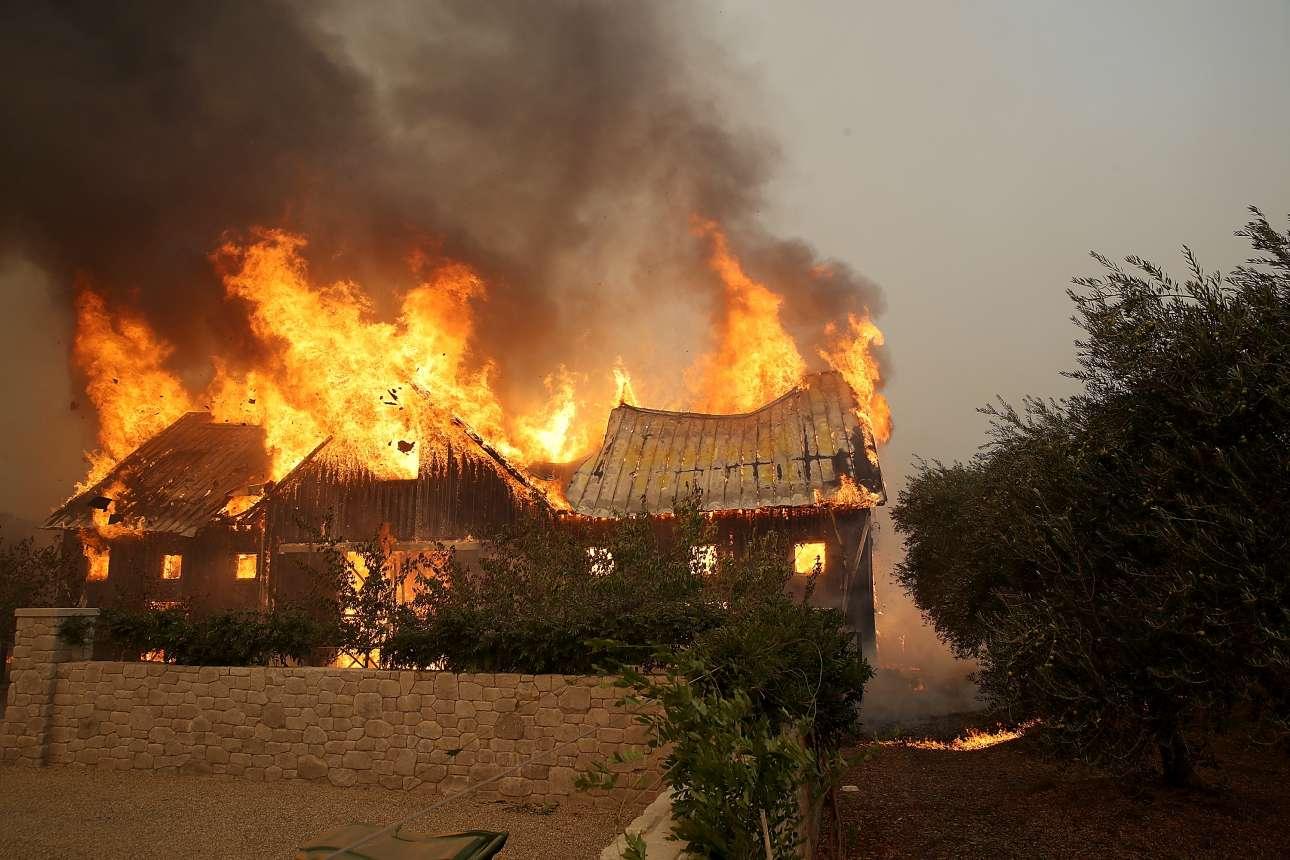 Ενα σπίτι στην περιοχή Γκλεν Ελεν τυλιγμένο στις φλόγες