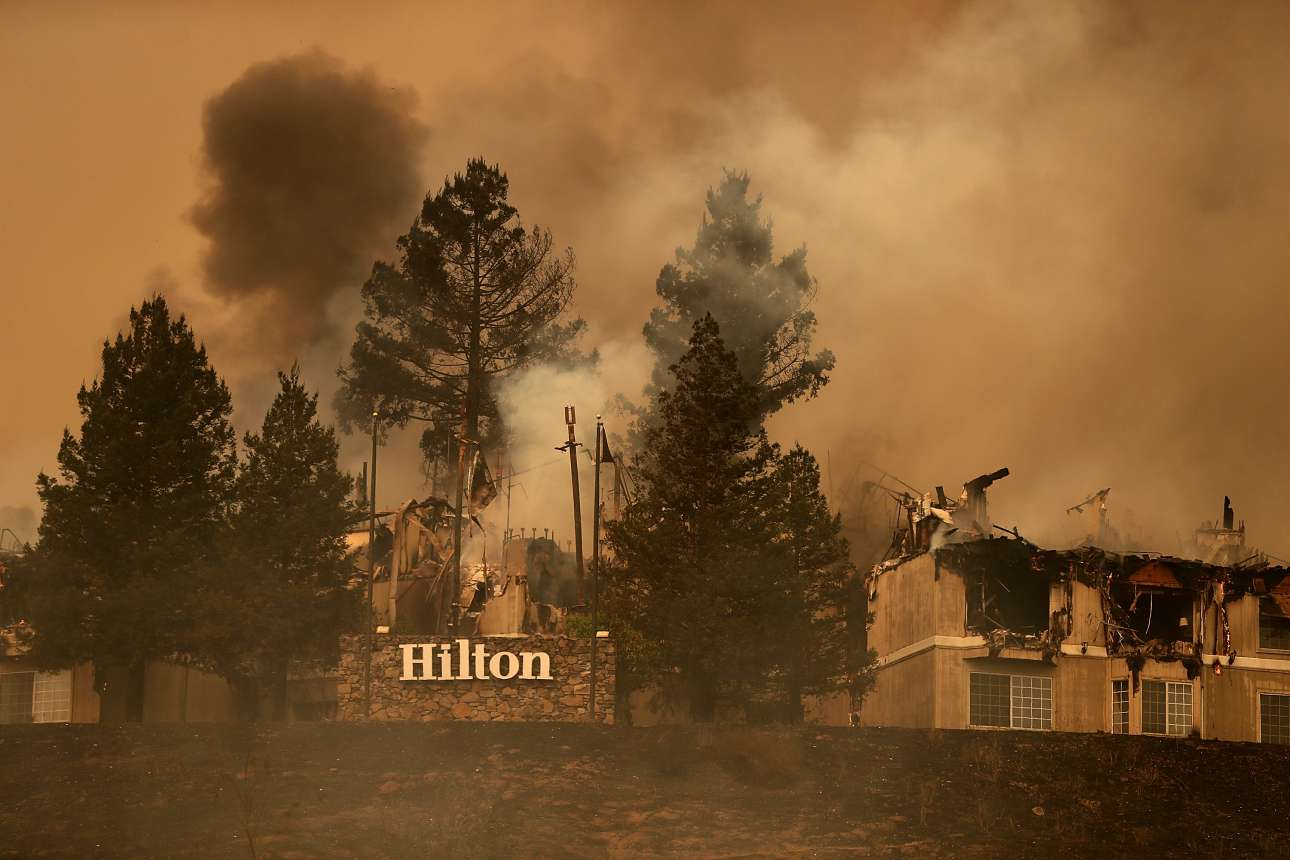 Πυκνοί καπνοί βγαίνουν από το ξενοδοχείο Hilton στην περιοχή Σάντα Ρόσα