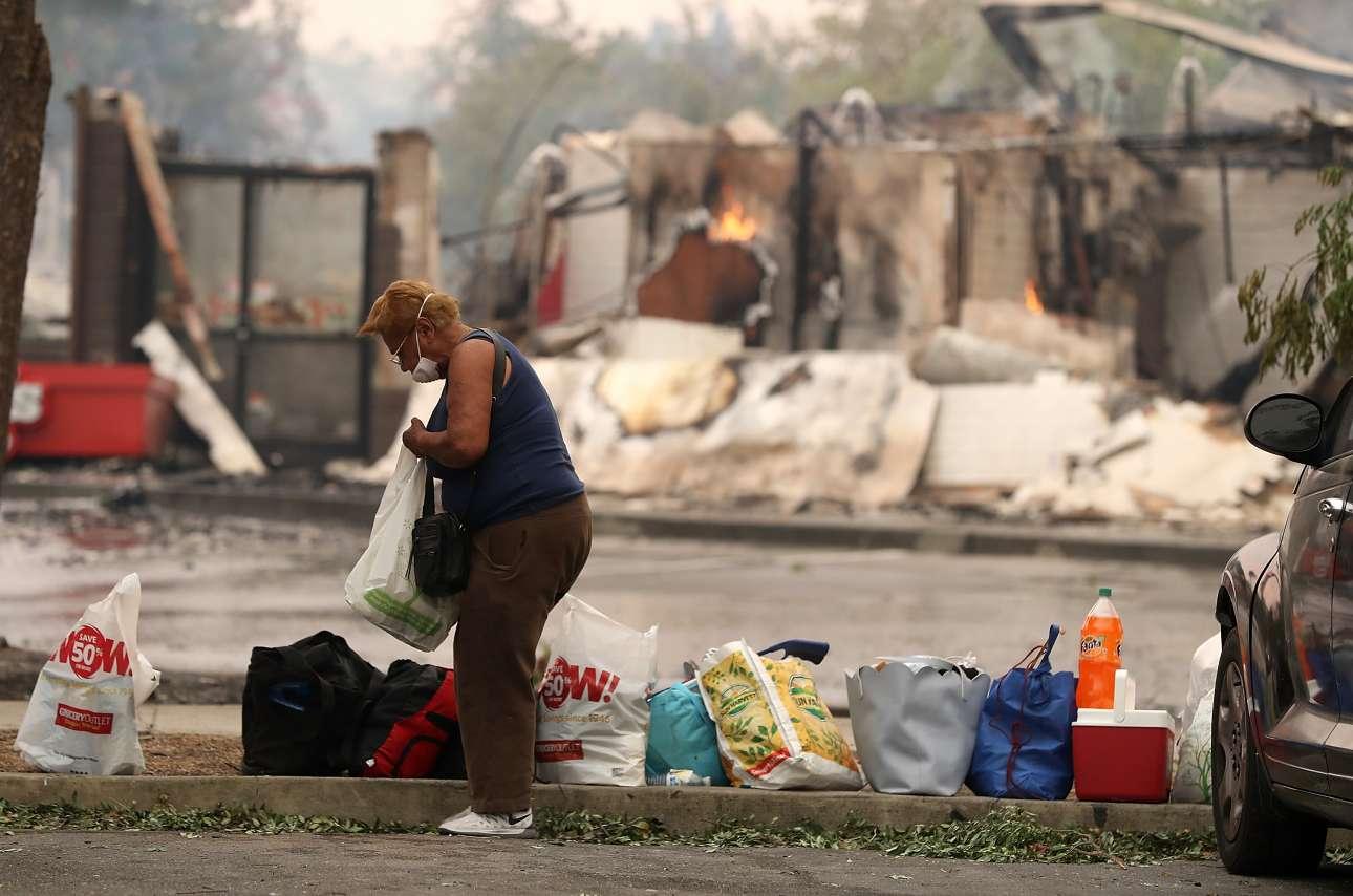 Κάτοικος της Σάντα Ρόσα έχει εγκαταλείψει το σπίτι της και έχει βάλει όλα τα πράγματά της σε πλαστικές σακούλες