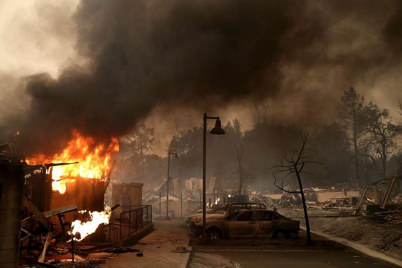 Κτίρια και αυτοκίνητα έχουν καταστραφεί στην περιοχή Σάντα Ρόσα