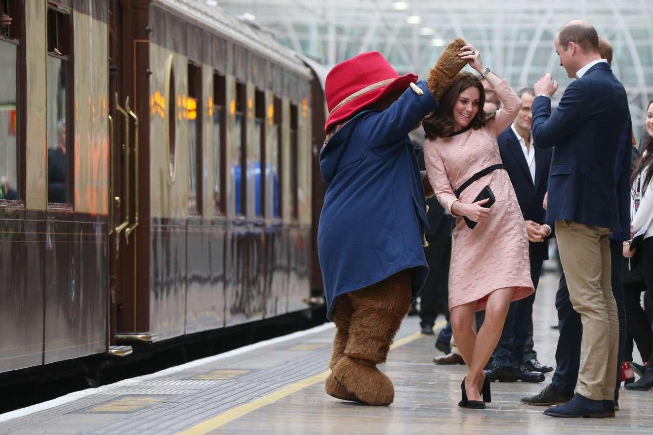 Δευτέρα, 16 Οκτωβρίου, Λονδίνο. Η εγκυμονούσα δούκισσα του Κέιμπριτζ δίνει το «παρών» στο σταθμό του τρένου Πάντινγκτον, προκειμένου να γνωρίσει από κοντά, μαζί με τους πρίγκιπες Γουίλιαμ και Χάρι, τους πρωταγωνιστές του φιλμ «Paddington 2»