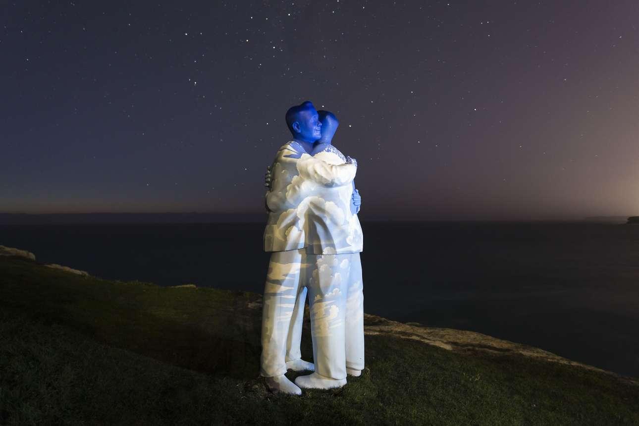 Πέμπτη, 19 Οκτωβρίου, Σίδνεϊ. Το έργο με την ονομασία «Κάτω από τον ουρανό» του Στίβεν Μαρ, δίπλα στη Θάλασσα Ταμαράμα