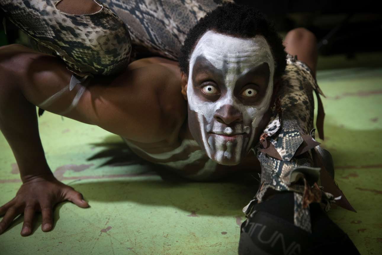 Πέμπτη, 19 Οκτωβρίου, Ουαλία. Ο Αμίρι Κισινγκάγι είναι βασιλιάς του βουντού και άνθρωπος λάστιχο, από την Τανζανία. Φωτογραφήθηκε λίγο πριν από την πρεμιέρα του ολοκαίνουργιου σόου Circus of Horrors που παρουσιάστηκε στο Γούκεϊ Χολ της Ουαλίας