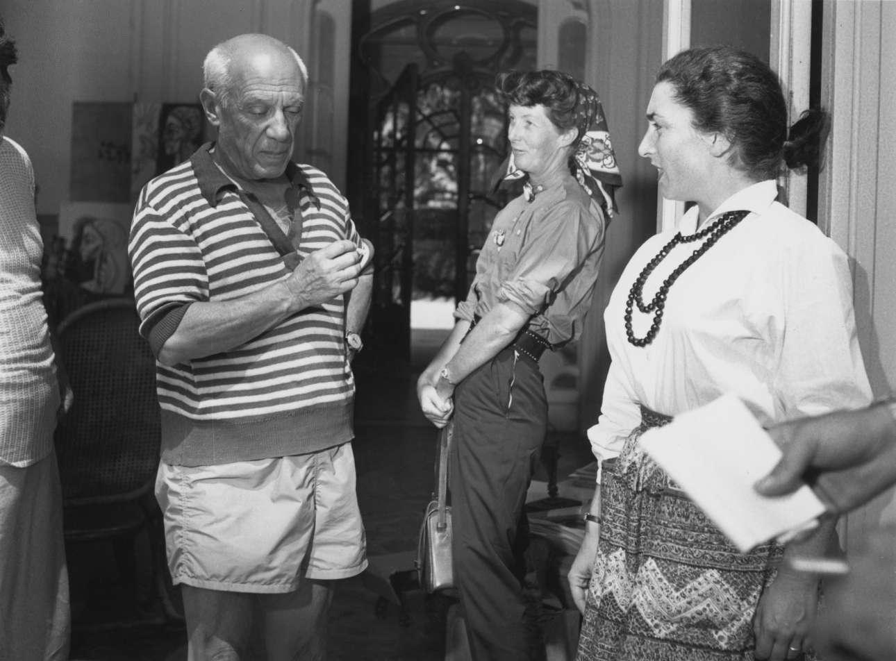 Στο σπίτι του στις Κάννες με την Ζακλίν Ροκ (δεξιά), το 1955. Η Ροκ υπήρξε μοντέλο για τους πίνακές του. Παντρεύτηκαν το 1961