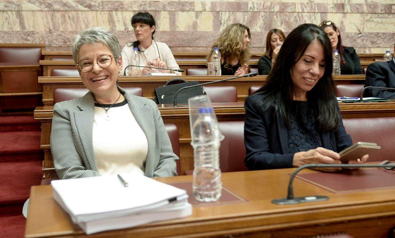 Η Νικολέτα Παϊσίδου αριστερά) πρόεδρος της Ανεξάρτητης Αρχής Αξιολόγησης της Ανώτατης Εκπαίδευσης, την Πέμπτη στη Βουλή, πριν από την «εξέταση» του Κώστα Γαβρόγλου... φωτό: INTIMEnews)