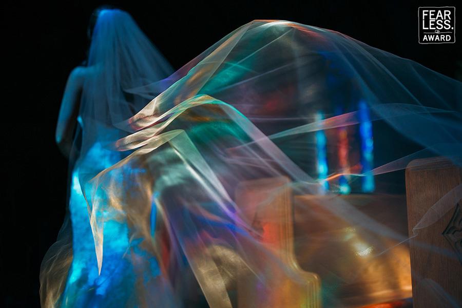 Το φως της εκκλησίας και οι αντανακλάσεις πάνω στο πέπλο δημιουργούν ένα μαγικό καρέ