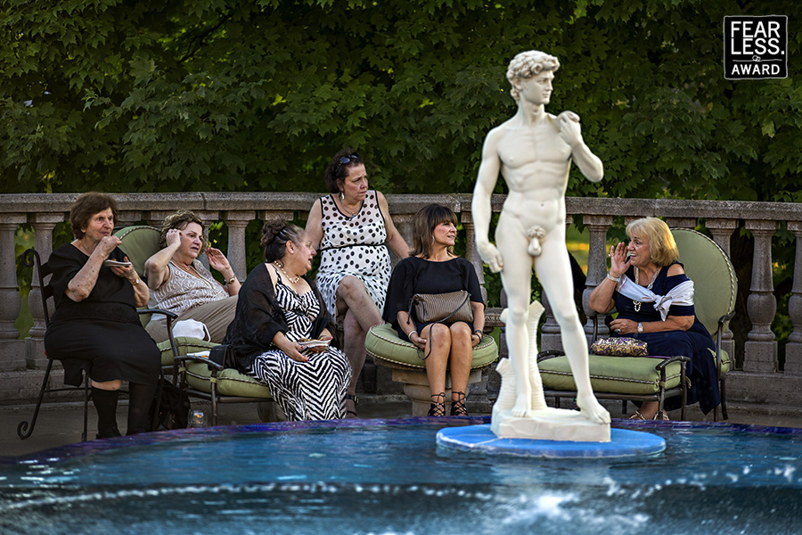 Κάποιες καλεσμένες συζητούν και άλλες θαυμάζουν το άγαλμα του Δαβίδ