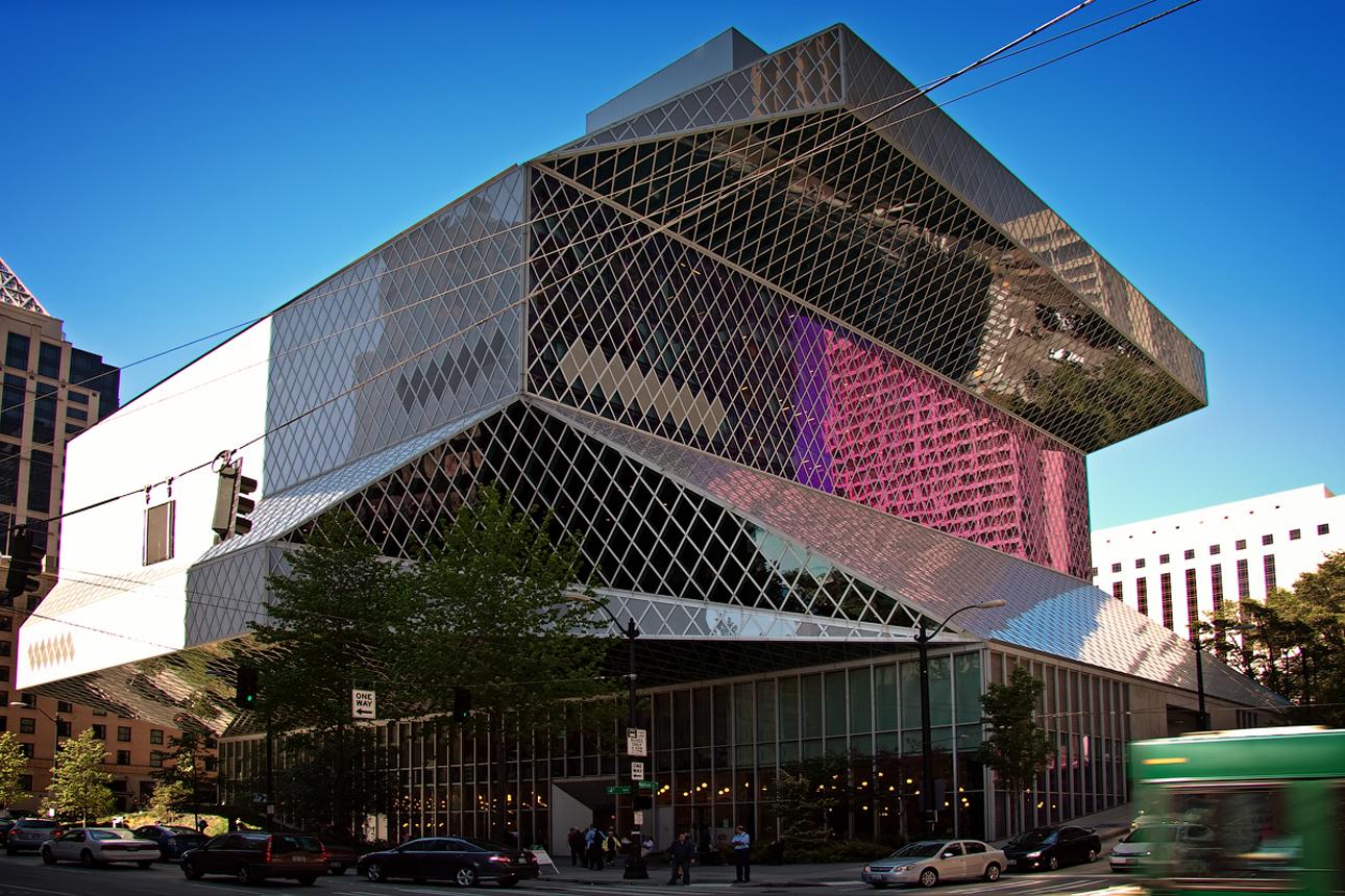 Κεντρική Βιβλιοθήκη του Σιάτλ (Seattle Central Library), ΗΠΑ.  «Το Σιάτλ είναι μια πόλη αναγνωστών, αλλά τα κτίρια των βιβλιοθηκών μας κουράστηκαν» είχε δηλώσει η βιβλιοθηκάριος Ντέμπορα Τζάκομπς. Έτσι το 1997, το Σιάτλ ξεκίνησε ένα πρόγραμμα αναβίωσης των 27 δημόσιων βιβλιοθηκών του. Πάνω από τον μισό προϋπολογισμό (200 εκατ. δολάρια) δαπανήθηκε για την κεντρική βιβλιοθήκη, η οποία άνοιξε το 2004
