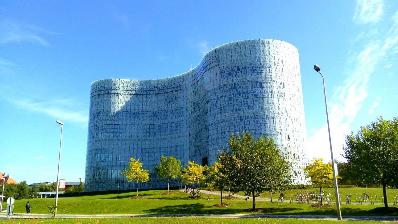 Βιβλιοθήκη του Πανεπιστημίου Τεχνολογίας του Βραδεμβούργου (Universitätsbibliothek Cottbus–Senftenberg), Κότμπους, Γερμανία. Είναι η καρδιά του Πολυτεχνείου του Βραδεμβούργου που ιδρύθηκε το 1991, ένα χρόνο μετά τη γερμανική επανένωση, και έχει αναζωογονήσει την ανατολικογερμανική πόλη Κότμπους. Η νέα βιβλιοθήκη χτίστηκε το 2004 και είναι ένας σύγχρονος Πύργος της Βαβέλ, διακοσμημένος με γράμματα από διάφορες γλώσσες