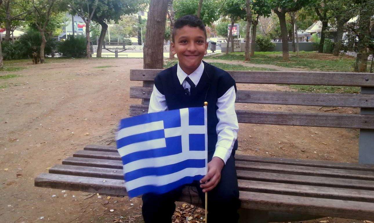 Ο Αμίρ και η σημαία. Οχι η κανονική που του έπρεπε, αλλά η πλαστική, σαν την καλοσύνη μας... φωτό: