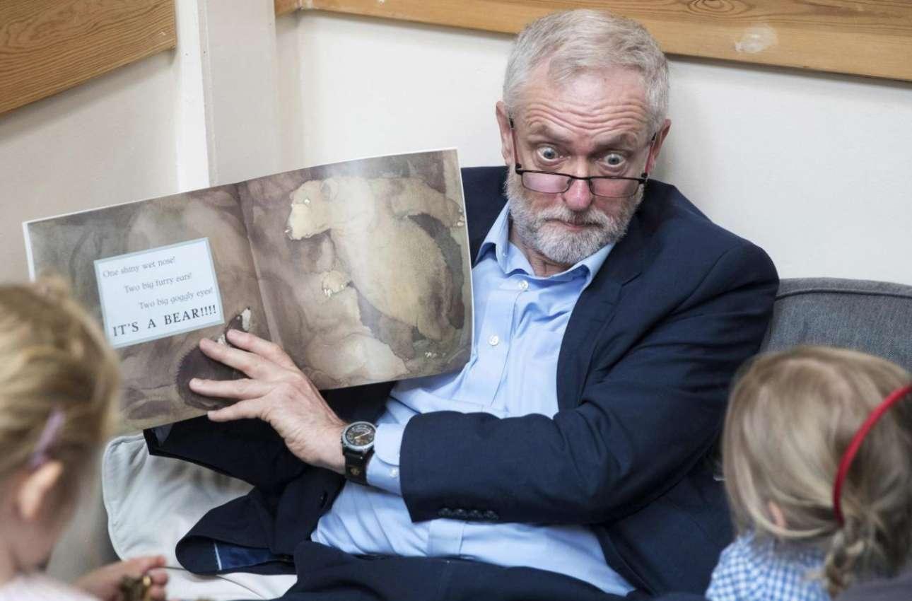 Ακόμα ένα ενδιαφέρον στιγμιότυπο απο τη βρετανική προεκλογική περίοδο, με τον πολύ εκφραστικό Τζέρεμι Κόρμπιν του Εργατικού Κόμματος να διαβάζει παραμύθια σε παιδιά στο Μπρίστολ